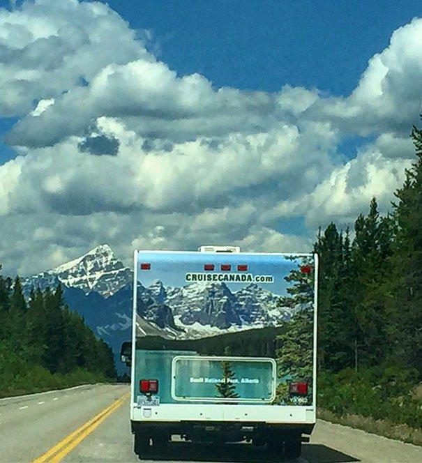 paisaje montañas camión