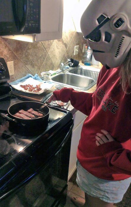Cocinando con casco star wars