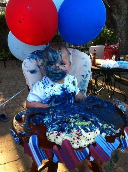 Niño repleto de pastel azul