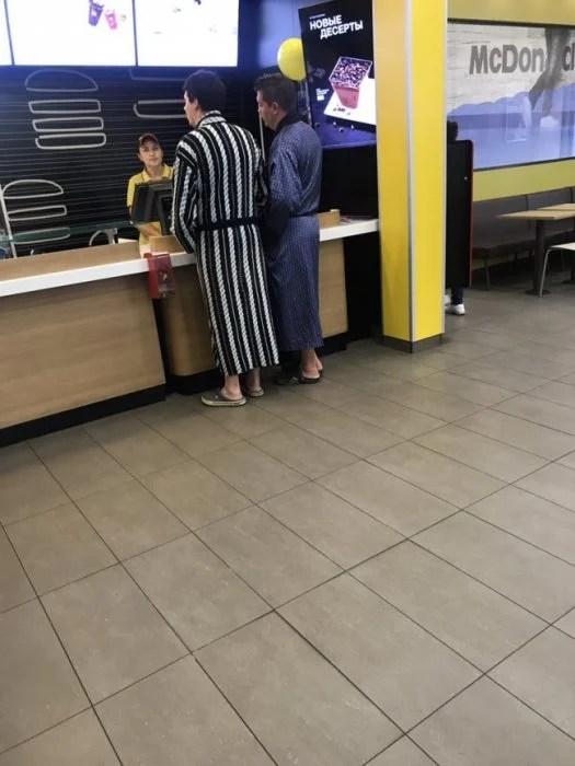 Personas comprando en burger king en bata