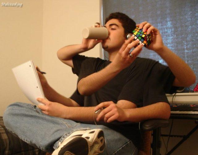 muchacho jugando cubo rubik y estudiando