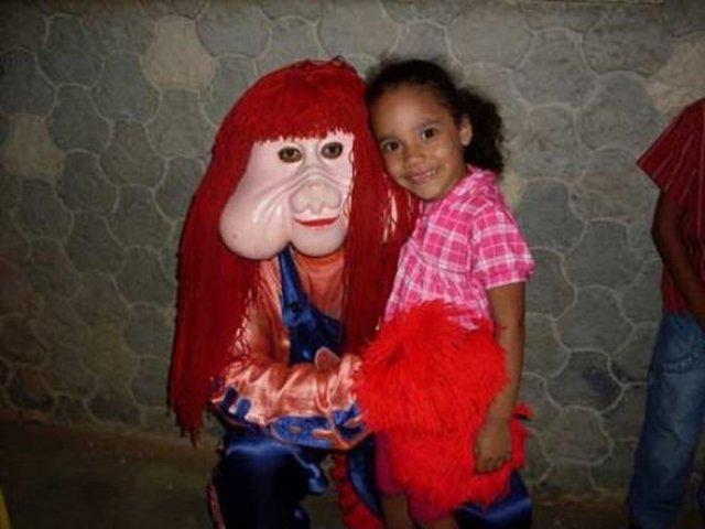 niña con un adefesio fotografías perturbadoras