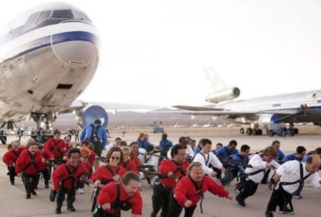 Gente jalando un avión