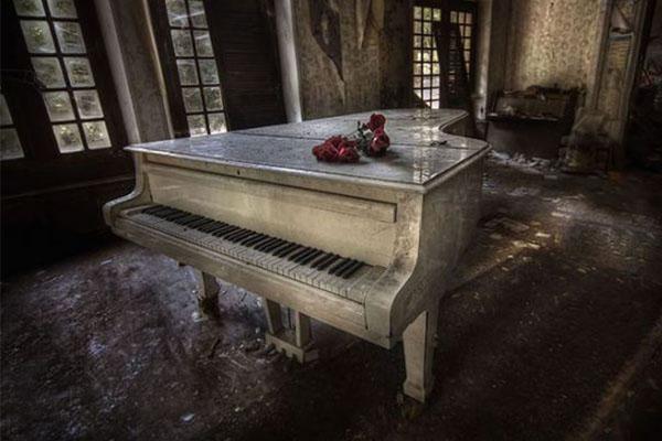 piano habitación abandonada