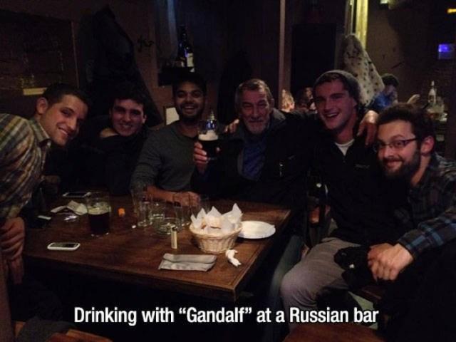 Tomando en un bar con Gandalf
