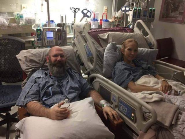 hombre y esposa hospital