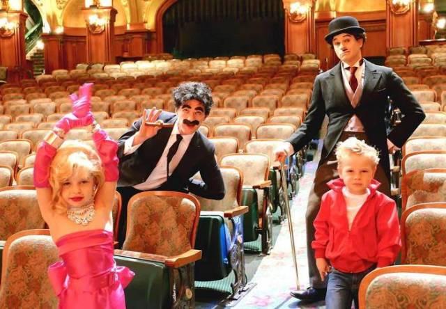 Neil y familia disfrazados de Chaplin