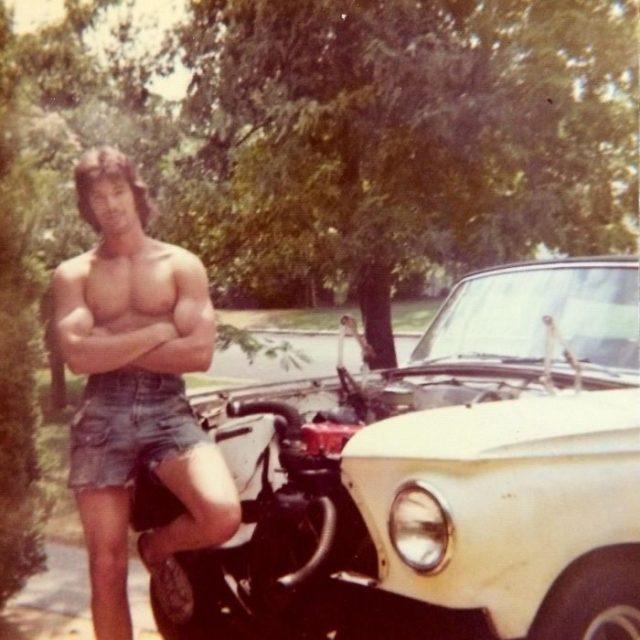 Padres cool posando en el carro