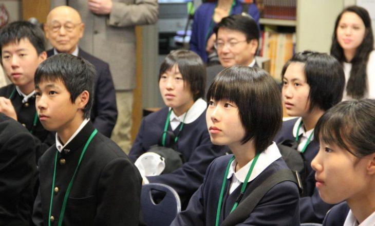 chicos japoneses poniendo atención en clases