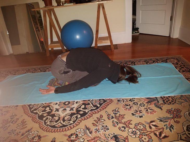 hace yoga y se queda dormida