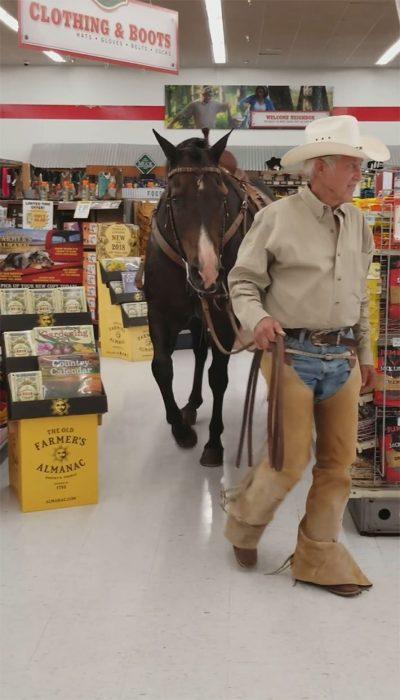 señor que va a la tienda con su caballo