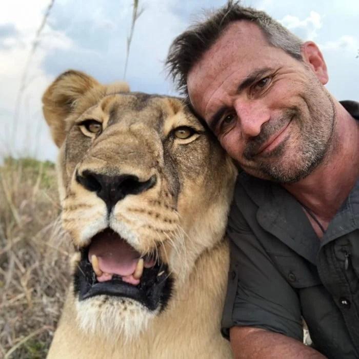 kevin sonriendo con una leona