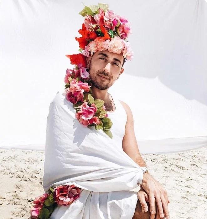 hombre con flores en la cabeza
