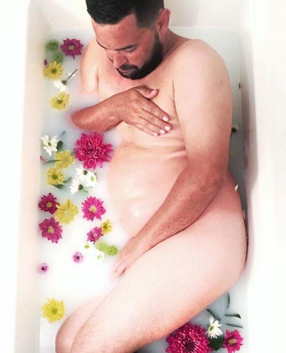 hombre, baño de leche con flores