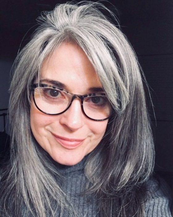 mujer con lentes y canas