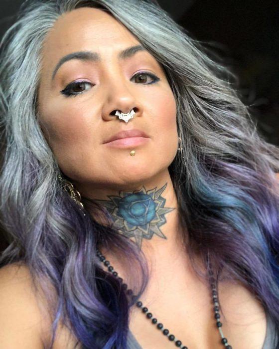 canas y pelo de color lila