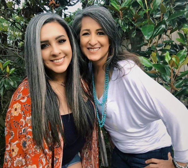 madre e hija con canas