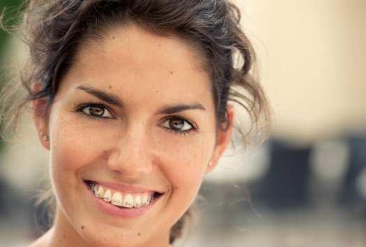 mujer con refuerzo positivo y feliz