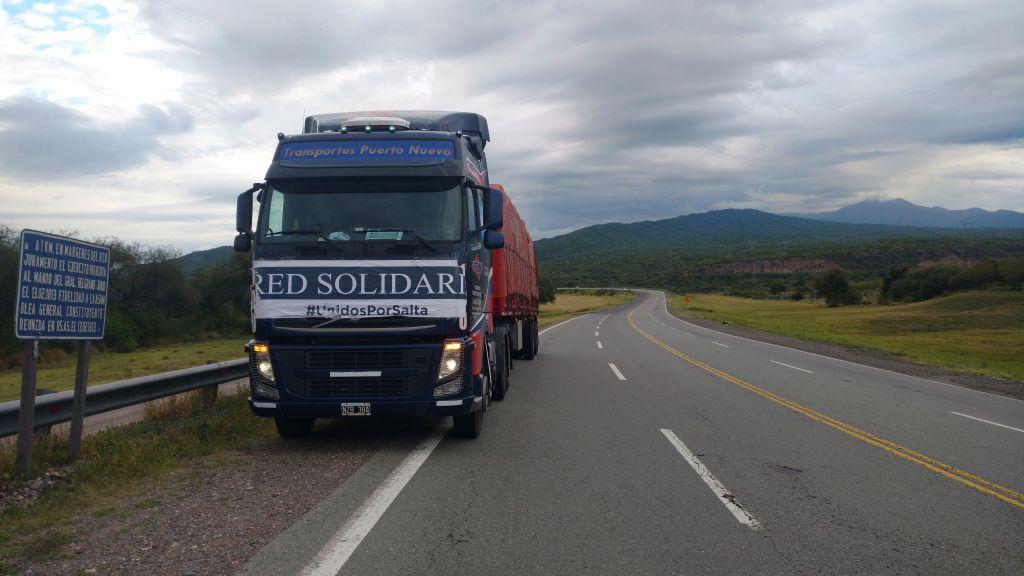 Uno de los camiones al costado de la ruta.