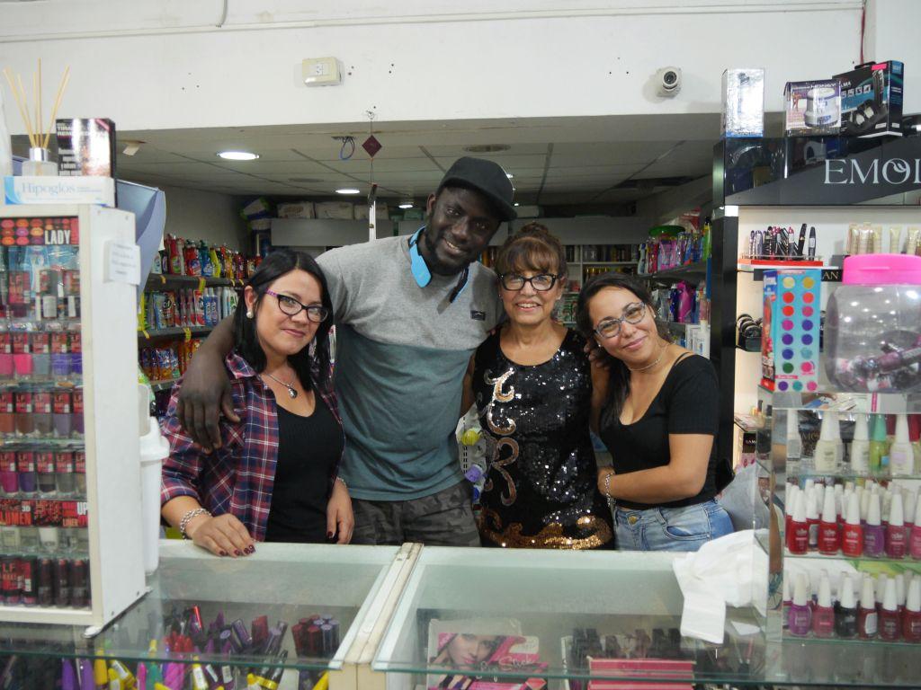 Mouhamed con las mujeres de la farmacia frente a su puesto.