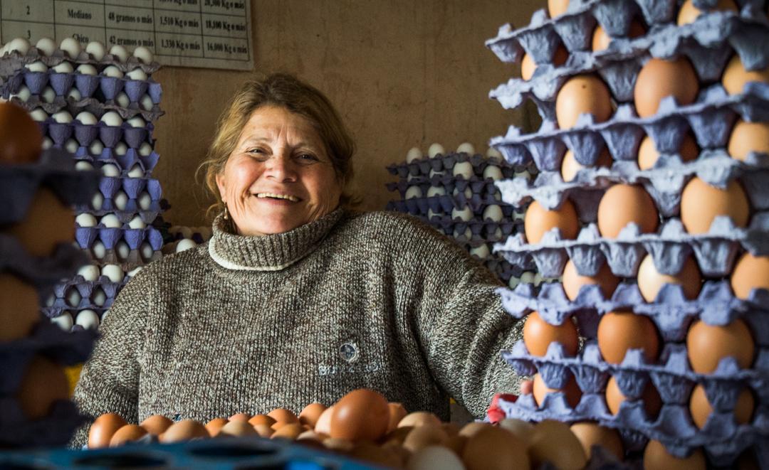 Muchas mujeres aseguran la alimentación familiar a partir de huertas y gallineros.
