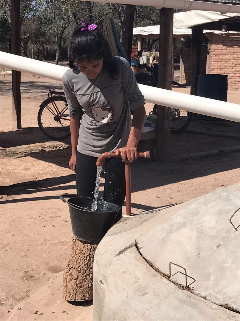 Las cisternas tienen bombas manuales para extraer agua. Crédito: Fundación Plurales.