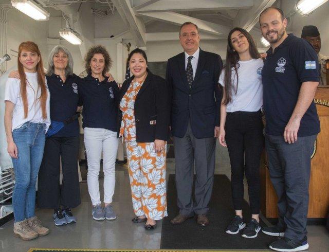 Los voluntarios de Cascos Blancos y el Embajador Alejandro Daneri, antes de zarpar, en Virginia, Estados Unidos. Foto: Cancillería Argentina.
