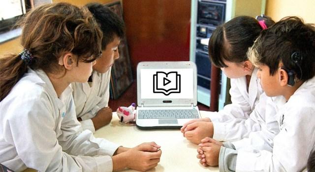 El proyecto de videolibros ha llegado a distintas escuelas. En la imagen se aprecia un grupo de niñas y niños en una escuela, mirando videolibros en una netbook. / Foto: Canales Asociación Civil