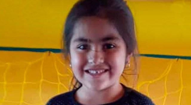 niña de 5 años, de frente a la cámara, sonriendo.