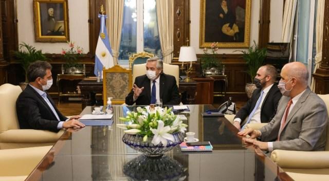 Reunión en una mesa encabezada por Alberto Fernández.