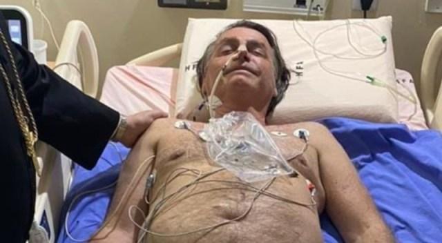 Bolsonaro acostado en una cama de hospital.