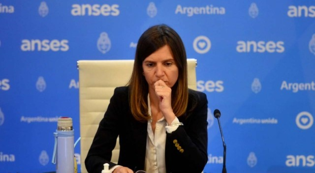 María Fernanda Raverta, directora ejecutiva de la Anses, sentada frente al micrófonoen una conferencia de prensa.