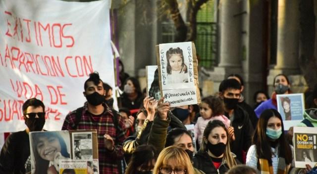 Personas se movilizan en la calle con fotos de Guadalupe, la chica desaparecida desde hace un mes.