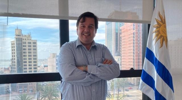 El ministro de Ambiente de Uruguay en su despacho, con Montevideo de fondo.