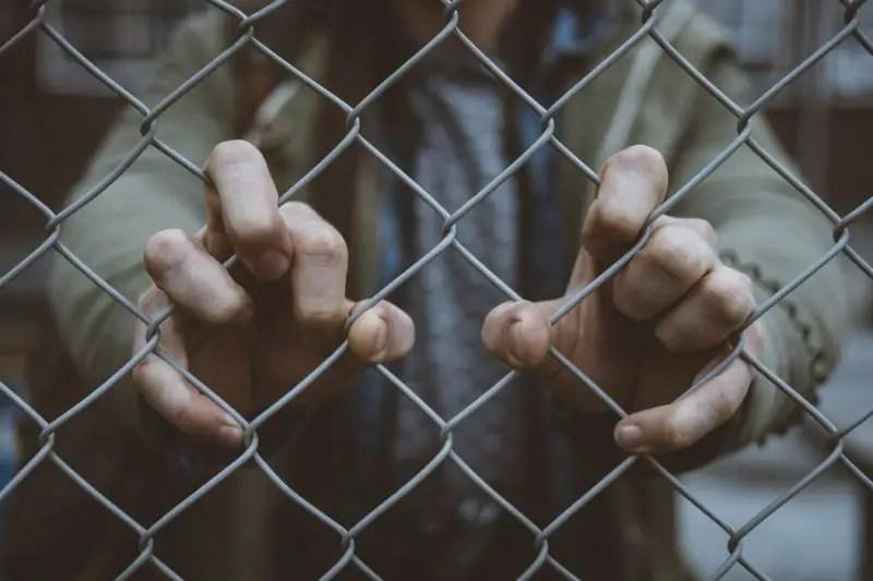 ¿Cómo localizar a un familiar o amigo detenido por inmigración?