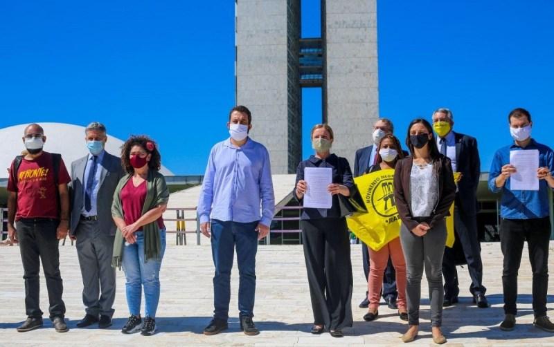 Maia recebe primeiro pedido coletivo de impeachment de Bolsonaro
