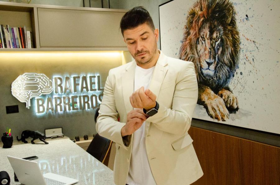 O empresário e hipnoterapeuta Rafael Barreiros faz sucesso nas redes sociais com vídeos sobre hipnose e neurociência