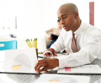 Los empleados multitarea presentan más problemas para ordenar sus pensamientos y filtrar la información que es poco importante. Foto: ehsqgroup.com