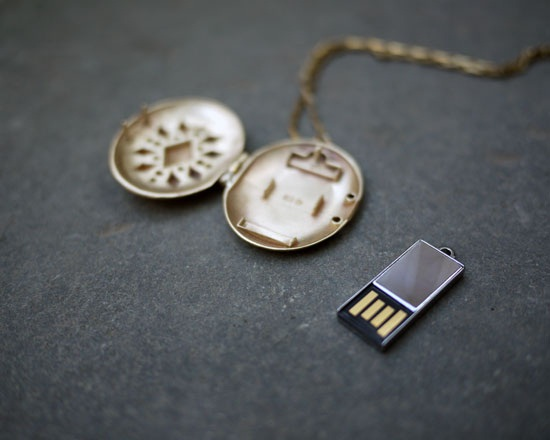 62 roundlocket4 USB Locket puts your most important files close to heart