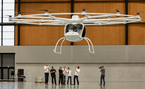 Volocopter VC200 – world's first electric hovering thingy shows a clean pair of heels to Harry the Helicopter [Video]