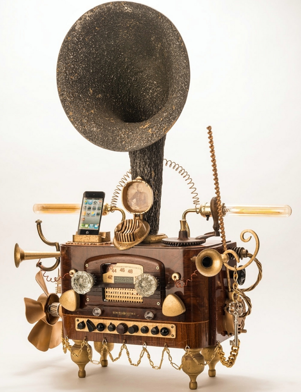 Steampunk Gramophone Dock For Smartphones – why settle for dull grey when you've got this around?