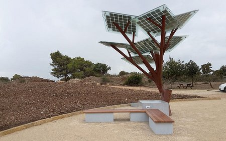"""This """"tree"""" lets you charge your cell and gives you wi-fi too"""