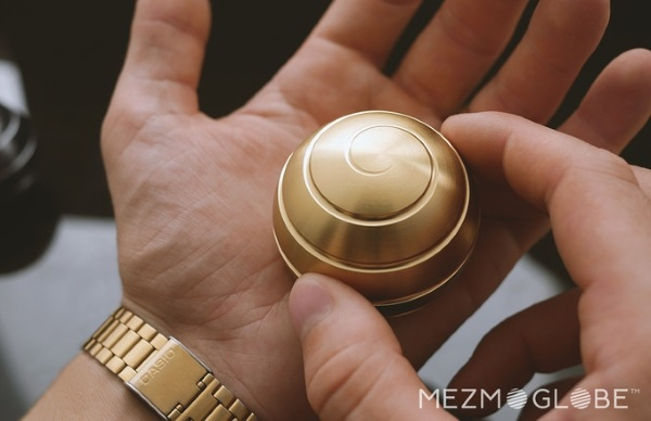 MEZMOGLOBE – check out this amazing desk toy