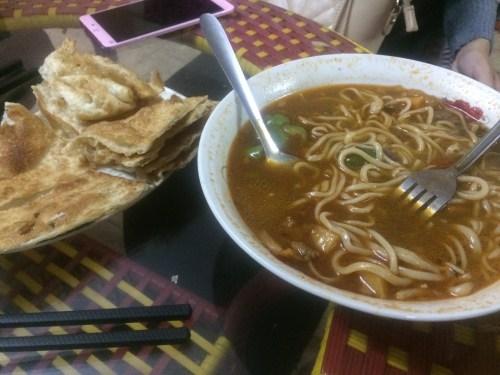 mencicipi mie di Chinese Restaurant, Ebed Khatim, Khartoum