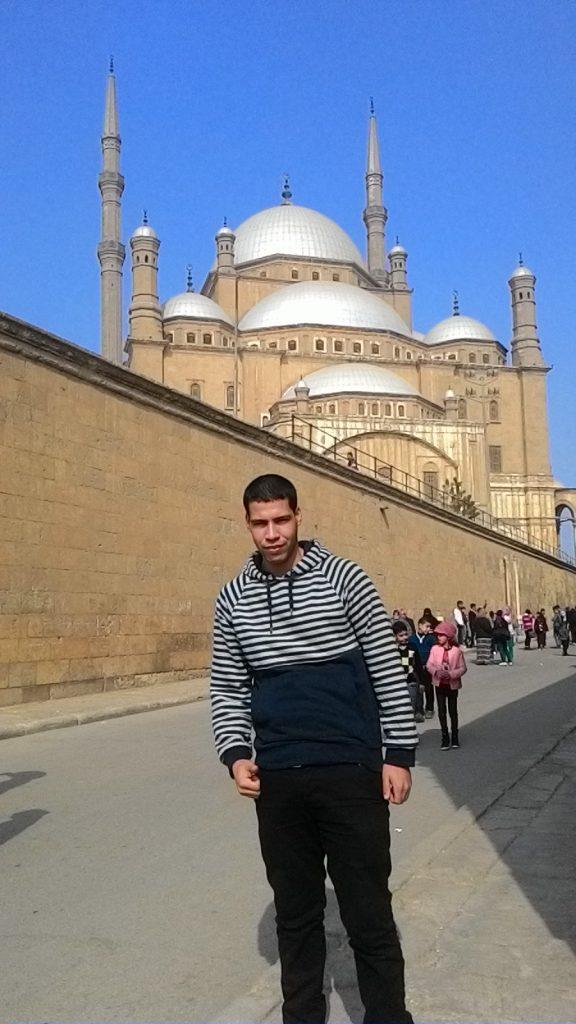 Berpose di depan Masjid Mohamed Ali di Kairo