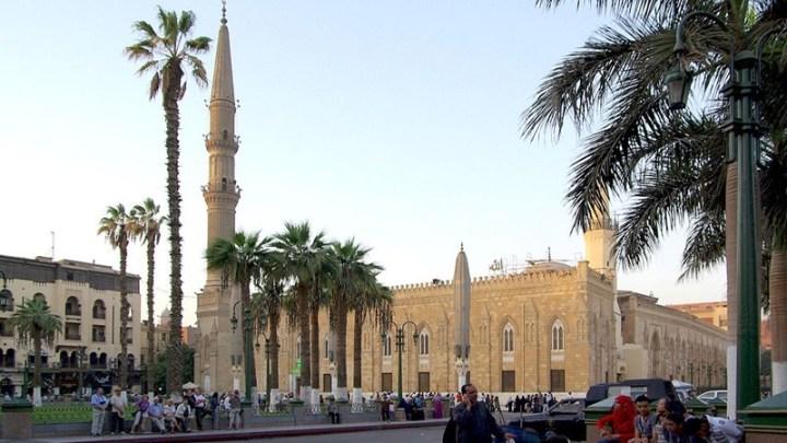 Masjid Imam Hussein di Kairo yang lokasinya dekat Masjid Al Azhar dan Khan El Khalili