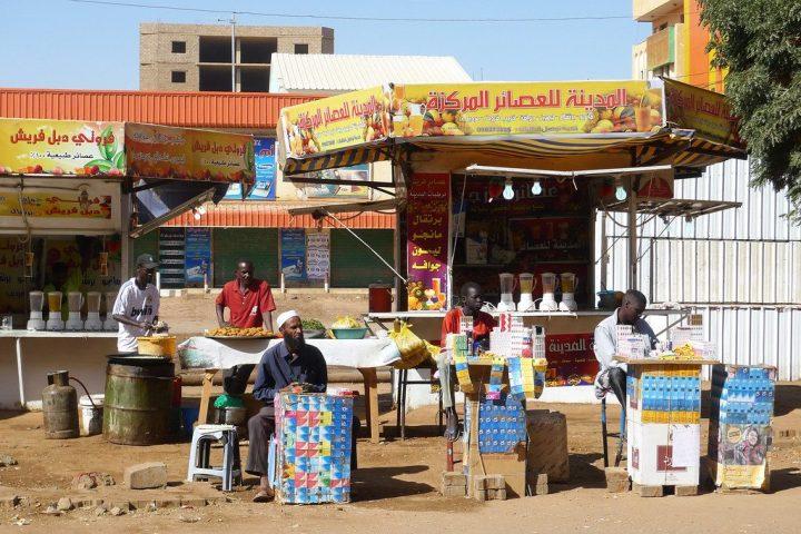 Penjual pulsa dan rokok eceran di Souq Arabi