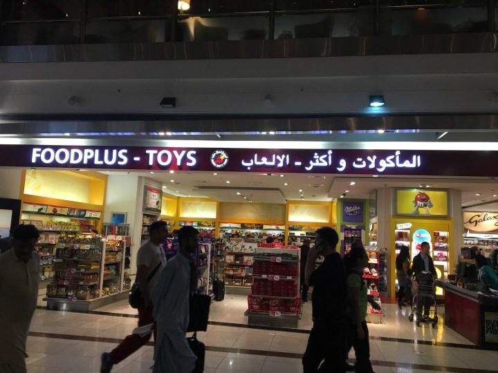 Toko camilan dan mainan di bandara Dubai