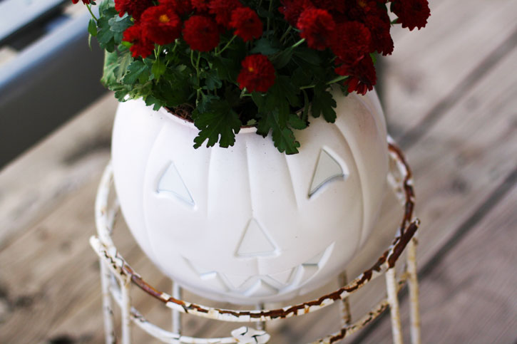 Easy Plastic Pumpkin Planter | redleafstyle.com