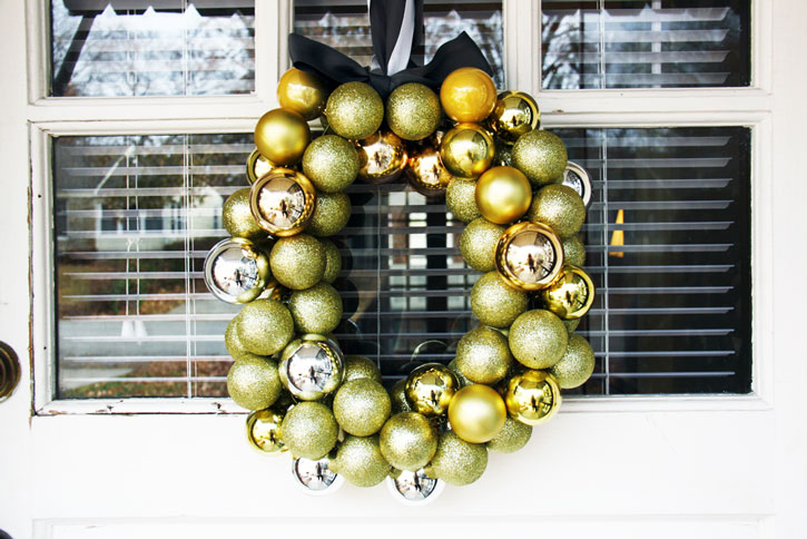 DIY Ornament Wreath for $10 or Less | redleafstyle.com